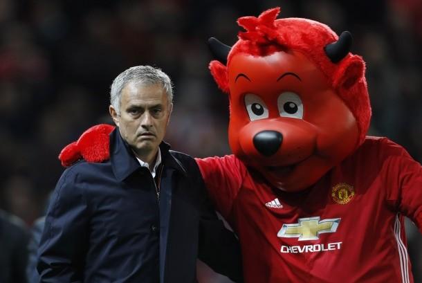Pelatih Manchester United, Jose Mourinho bersama maskot tim Iblis Merah.