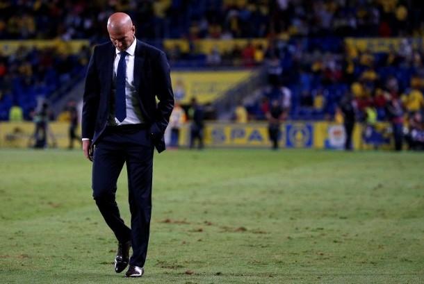 Pelatih Real Madrid, Zidane hanya bisa tertunduk usai timnya hanya bermain imbang 2-2 menghadapi Las Palmas di lanjutan La Liga, Ahad (25/9).