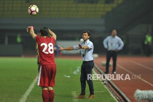 Pelatih timnas Indonesia Luis Milla memberikan instruksi kepada pemain (ilustrasi).