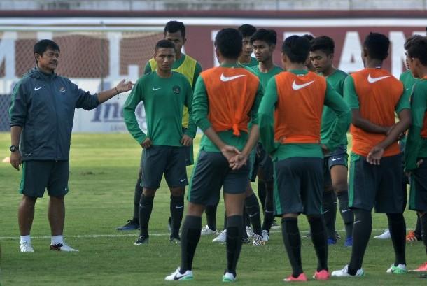 Pelatih Timnas U-19, Indra Sjafri (kiri) memberi instruksi saat memimpin latihan di Stadion Kapten Wayan Dipta, Gianyar, Bali, Selasa (16/5).