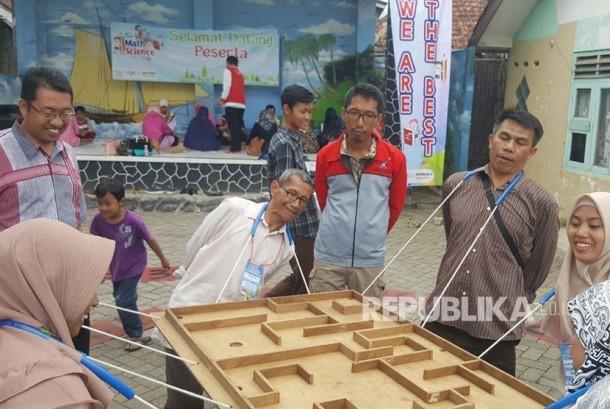 Pelatihan program pemberdayaan diri melalui Fun Math & Science Motivational Coaching di kampung matematika di Laladon-Ciomas, Kab.Bogor, Kamis (11/1).