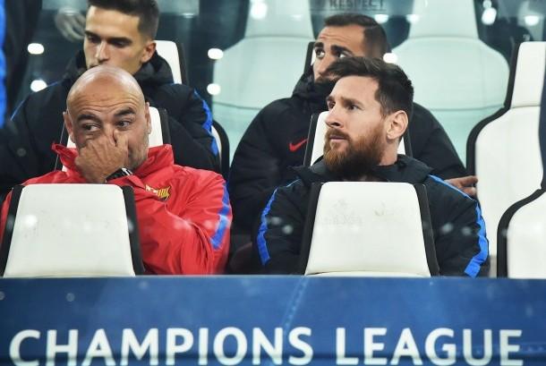 Pemain Barcelona Lionel Messi (kanan) duduk di bangku cadangan sebelum pertandingan sepak bola kualifikasi Grup D Liga Champions antara Juventus FC dan FC Barcelona di Stadion Allianz, Turin, Italia, Kamis (23/11) dini hari WIB.