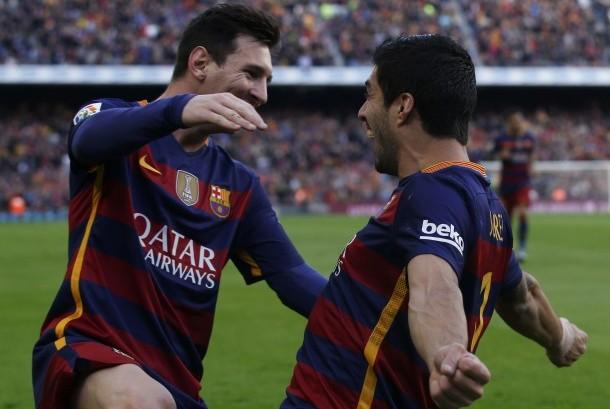 Pemain Barcelona Luis Suarez dan rekan setimnya Lionel Messi