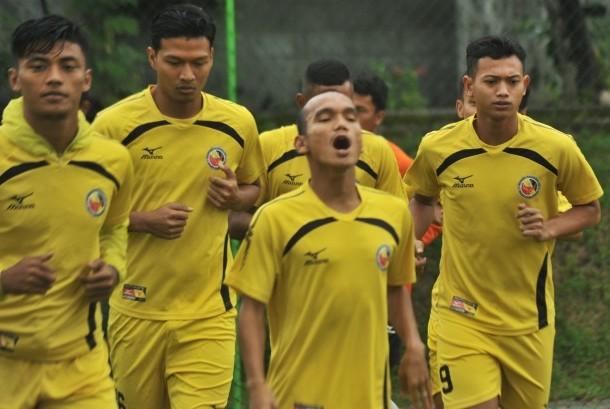 Pemain baru Semen Padang FC, Muchlis Hadi (kanan) mengikuti latihan, di Lapangan Mess Indarung, Padang, Sumatera Barat, Selasa (15/8).