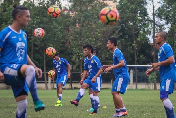 Pemain Persib Bandung menjalani sesi latihan jelang babak perempat final Piala Presiden 2017 di Lapangan Kota Barat, Solo, Jawa Tengah, Kamis (23/2).