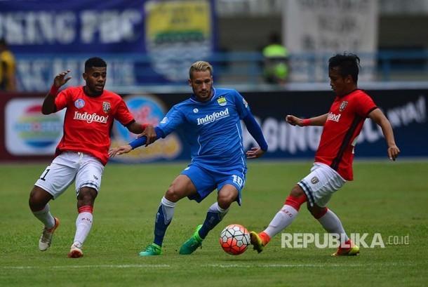 Pemain Persib Raphael Maitimo diadang dua pemain Bali United dalam laga persahabatan di Stadion GBLA Bandung, Sabtu (8/4).