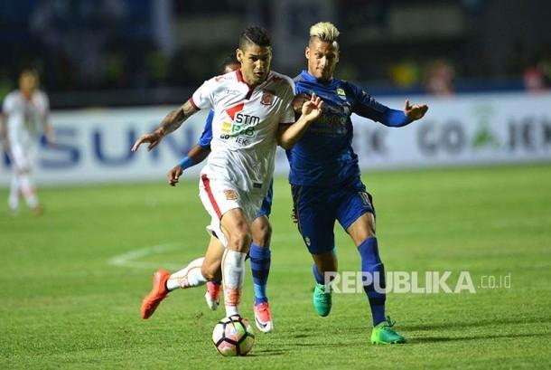 Pemain Pusamania Borneo FC, Matheus  Lopes (kiri) berebut bola dengan pemain Persib Bandung, Raphael Maitimo  dalam laga Liga GojekTraveloka di Stadion GBLA, Bandung, Sabtu (20/5).