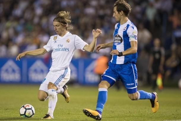 Pemain Real Madrid Luka Modric (kiri) bersama pemain Deportivo Mosquera di pertandingan La Liga Spanyol, Senin (21/8).