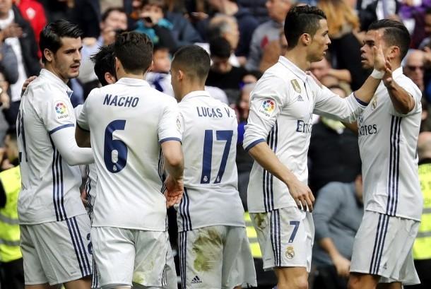 Pemain Real Madrid merayakan gol ke gawang Espanyol. Madrid menang 2-0, Ahad (19/2).