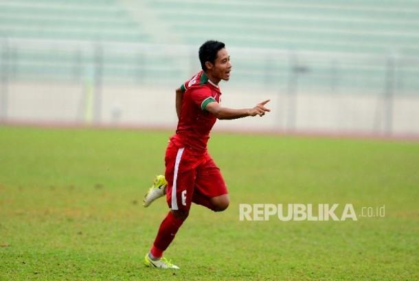 Pemain tengah Indonesia Evan Dimas Darmono melakukan selebrasi usai mencetak gol ke gawang Myanmar pada laga perebutan tempat ke-3 SEA Games 2017 Kuala Lumpur di Stadium Selayang, Malaysia, Selasa (29/8).
