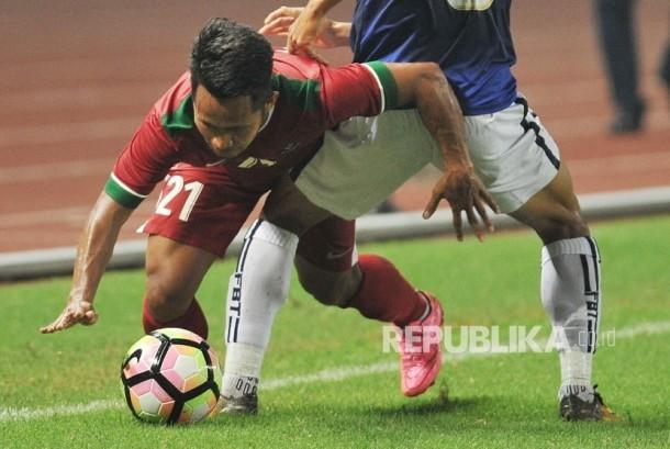 Pemain timnas Indonesia Andik Vermansyah berusaha melepaskan diri dari hadangan pemain lawan dalam laga uji coba melawan Kamboja di Stadion Patriot Chandrabhaga, Bekasi, Rabu (4/10).