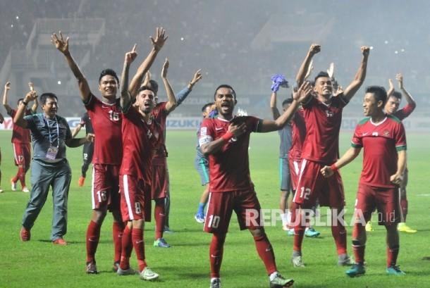 Pemain timnas Indonesia melakukan selebrasi seusai mengalahkan timnas Thailand dalam laga final leg pertama piala AFF 2016 di Stadion Pakansari, Cibinong, Jawa Barat, Rabu (14/12).