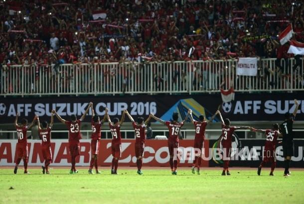 Pemain Timnas Sepak Bola mengampiri penonton usai menang melawan Vietnam saat Semifinal I AFF 2016 di Stadion Pakansari, Bogor, Jawa Barat, Sabtu (3/12) malam.