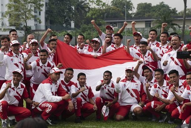 Pemain Timnas U-22 meneriakkan yel-yel seusai mengikuti upacara peringatan HUT ke-72 RI di Padang Kelab Aman, Kuala Lumpur, Malaysia, Kamis (17/8).