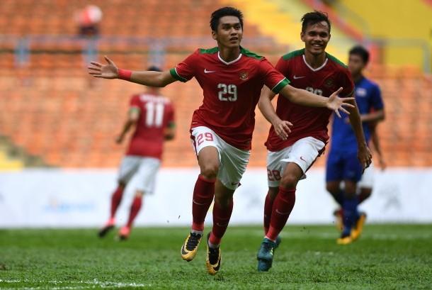 Pemain Timnas U-22 Septian David Maulana (kiri) melakukan selebrasi usai berhasil mengeksekusi tendangan pinalti saat melawan Timnas Thailand U-22 dalam penyisihan grup B SEA Games XXIX Kuala Lumpur 2017 di Stadion Shah Alam, Selangor, Malaysia, Selasa (15/8).