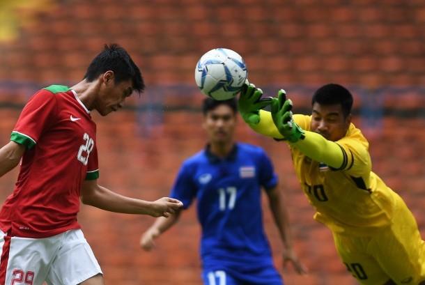 Pemain Timnas U-22 Septian David Maulana (kiri) menyundul bola ditahan kiper Timnas Thailand U-22 Nont Muangngam (kanan) dalam penyisihan grup B SEA Games XXIX Kuala Lumpur 2017 di Stadion Shah Alam, Selangor, Malaysia, Selasa (15/8).