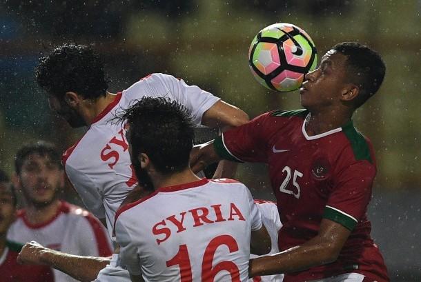 Pemain Timnas U-23 Indonesia Osvaldo Ardiles Haay (kanan) berebut bola dengan pemain Timnas U-23 Suriah Fares Arnaout (kedua kanan) dalam pertandingan persahabatan di Stadion Wibawa Mukti, Cikarang Timur, Jawa Barat, Kamis (16/11).