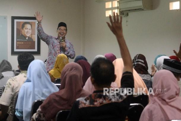 Pemateri Raden Ridwan Hasan Saputra memberikan materi pada kegiatan Fun Science For Teacher di Kantor Republika, Jakarta.