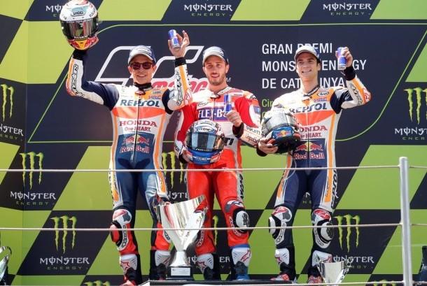 Pembalap Ducati Andrea Dovizioso (tengah) menjuarai GP Katalunya, Ahad (11/6).