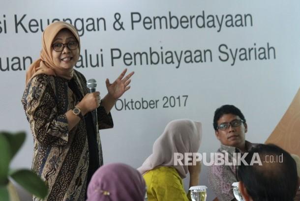 Pembicara Ekonom Core Indonesia Hendri Saparini menyampaikan materi pada diskusi bertajuk Inklusi Keuangan dan Pemberdayaan Perempuan Melalui Pembiayaan, di Kantor BTPN Sinaya Cabang Dago, Kota Bandung, Kamis (19/10).
