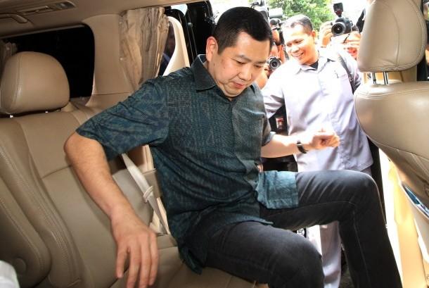 Pemilik MNC Group, Hary Tanoesoedibjo (kanan) menaiki mobil seusai menjalani pemeriksaan di Direktorat Tindak Pidana Siber, Bareskrim Polri, Jakarta, Senin (12/6).