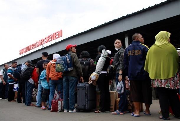 Pemudik Stasiun Pasar Senen: Pemudik menunggu kereta api ekonomi di Stasiun Pasar Senen, Jakarta Pusat, Kamis, (24/7).