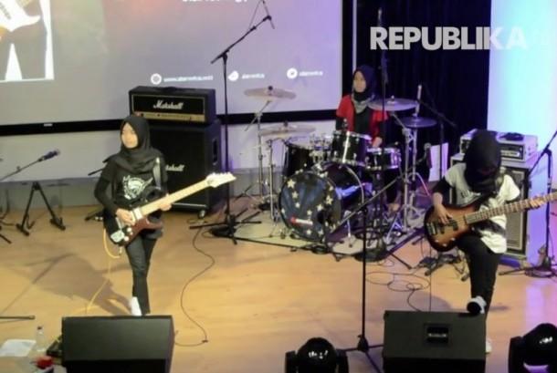 Penampilan grup musik rock asal Garut Voice Of Baceprot (VoB) di @america, Jakarta.