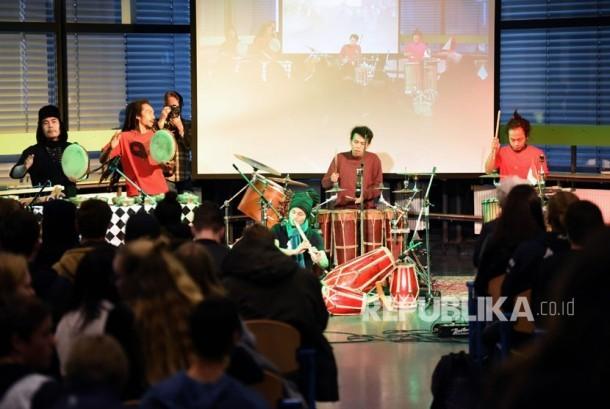 Svara Samsara grup musik perkusi asal Indonesia tampil dalam kegiatan Eropalia 2017. Selain manggung grup ini juga mengadakan workshop di salah satu sekolah musik dan seni di Etty Hillesum Deventer dimana peserta bisa langsung mencoba alat musik perkusi yang ada.