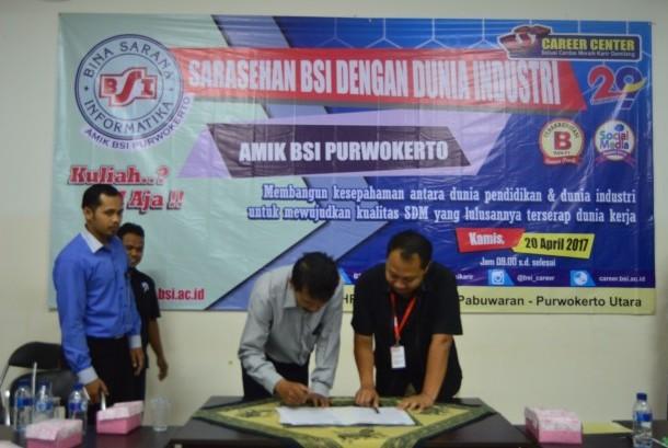 Penandatanganan MoU antara AMIK BSI Purwokerto dengan beberapa perusahaan dan pengusaha.