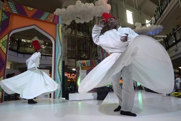 Penari Sufi asal Turki memeriahkan Islamic Fashion Festival di Mall Ratu Indah , Makassar, Sulawesi Selatan, Kamis (26/11).