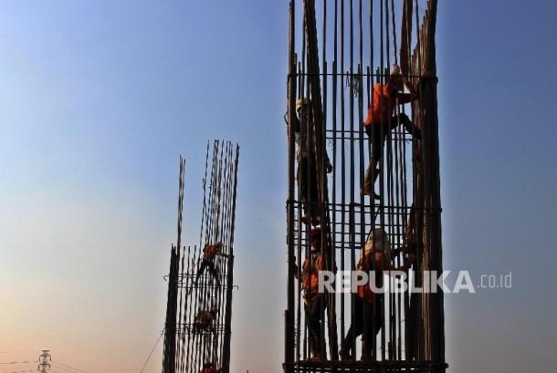 Pekerja meneyelesaikan pembangunan proyek Infrastruktur di Jakarta. Jumat (29/9).