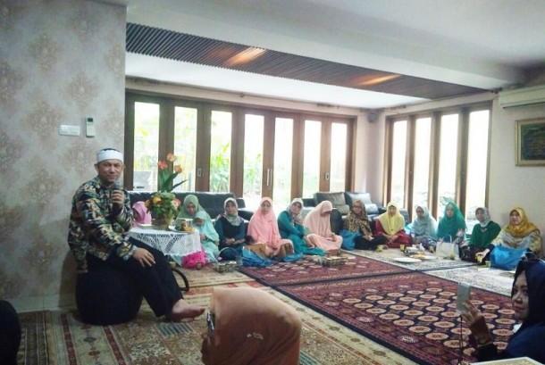 Pendiri lembaga dakwah iHaqi, Ustadz Erick Yusuf, memberikan kajian di Hijabersmom Community di Kebayoran lama, Jakarta Selatan, Sabtu (22/7).