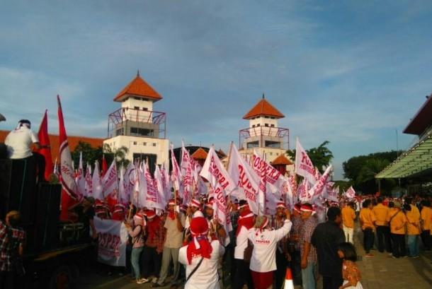 Pendukung calon Basuki Tjahaja Purnama dan Djarot Saiful Hidayat memadati lokasi pengundian nomor urut di JIEXPO, Jakarta, Selasa (25/10).