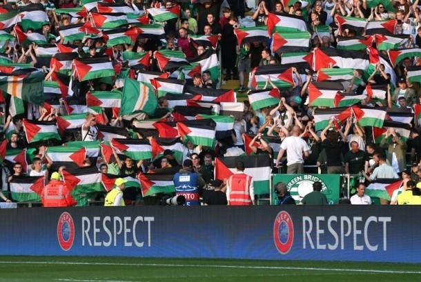 Pendukung Celtic membentangkan bendera Palestina.