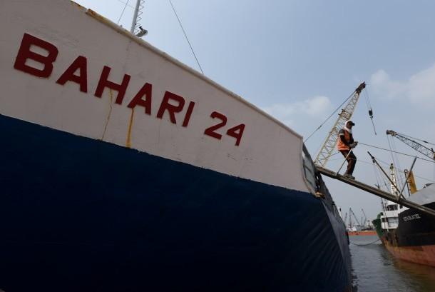 Pengembangan Industri Galangan Kapal-Seorang pekerja turun dari kapal yang melakukan proses bongkar muat di Kawasan Pelabuhan Sunda Kelapa, Jakarta, Selasa (30/6).