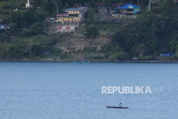 Pengembangan Wisata Danau Toba Aktivitas warga mengguakan sampan di Danau Toba, Sumatra Utara, Sabtu (20/8).