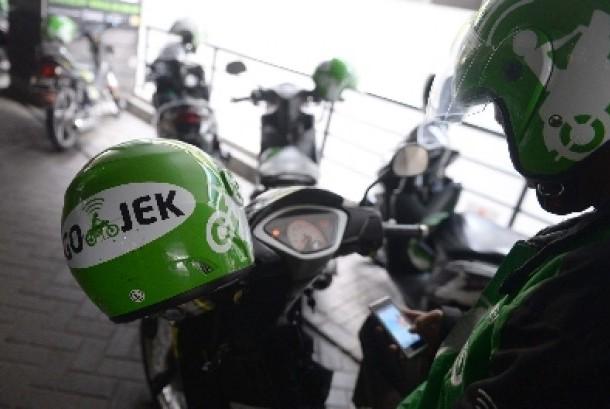 Pengemudi Gojek mencari penumang melalui aplikasi seluler di Jakarta, Jumat (3/7).