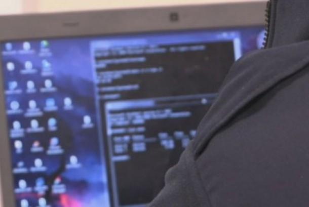 Pengguna komputer disandera oleh peretas yang melancarkan virus ransomware dan meminta uang tebusan.