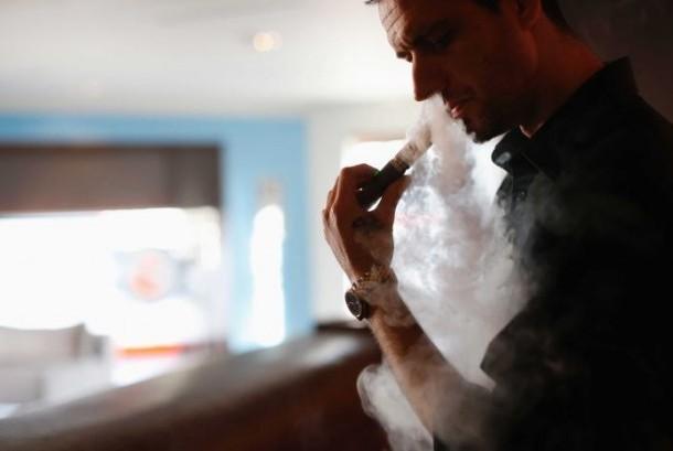 Penggunaan rokok elektronik tidak berarti lebih 'sehat' daripada rokok biasa.