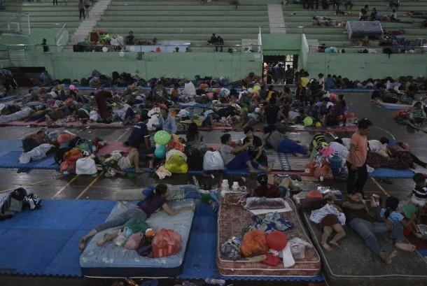 Pengungsi Gunung Agung beristirahat di GOR Suwecapura, Klungkung, Bali, Minggu (24/9) malam.