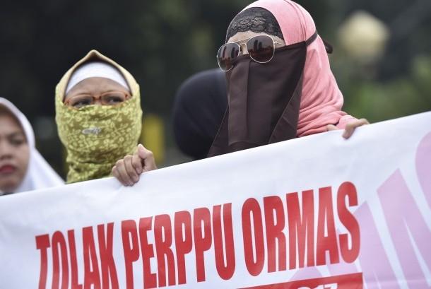 Pengunjuk rasa dari sejumlah ormas Islam melakukan aksi di Bundaran Patung Kuda, Jakarta, Selasa (18/7). Aksi itu untuk menolak Peraturan Pemerintah Pengganti Undang-undang (Perppu) Nomor 2/2017 tentang Ormas.