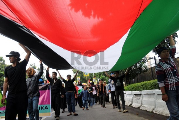 Indonesian people brought a huge Palestinian flag in a rally in front of US Embassy in Jakarta, last year  (July 25).