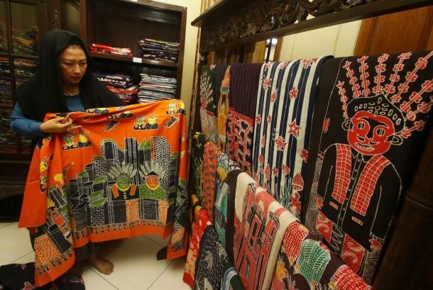 Pengunjung melihat batik di Sentra Batik Gobang, Srengseng, Jakarta, Rabu (8/11). Menurut Dinas Pariwisata dan Kebudayaan Jakarta Barat, Sentra Batik Gobang Jakarta akan dijadikan salah satu destinasi wisata unggulan selain kawasan Kota Tua