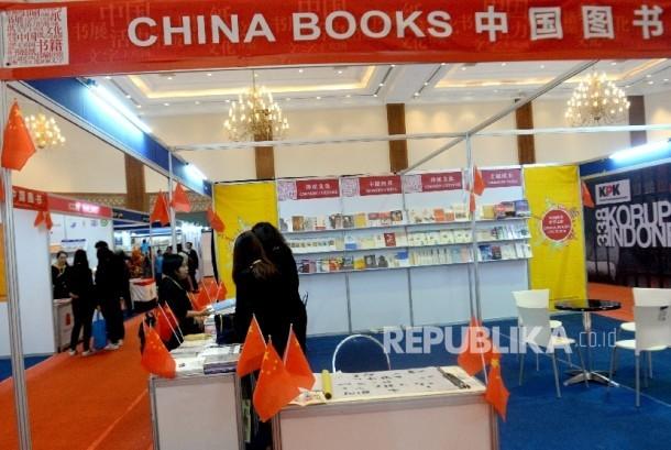 Pengunjung melihat buku saat Indonesia International Book Fair (IIBF) 2017 di Balai Sidang Jakarta, Rabu (6/9).