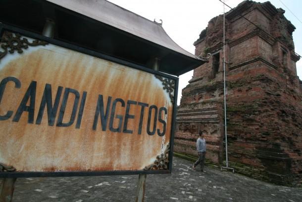 Pengunjung melihat candi Ngetos peninggalan zaman kerajaan Majapahit yang dibangun pada abad ke-15 di Desa Ngetos, Nganjuk, Jawa Timur, Selasa (11/4).