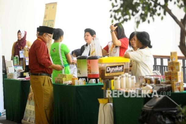 Pengunjung melihat produk halal yang dipamerkan dalam seminar Meraup Peluang Emas Bisnis Halal Global di Jakarta, Selasa (23/5).