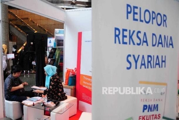 Pengunjung memadati stan perbankan syariah dalam Festival Pasar Modal Syariah di Bursa Efek Indonesia (BEI), Jakarta, Rabu (30/3). (Republika/Agung Supriyanto)