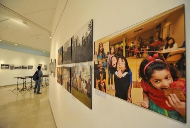 Pengunjung mengamati karya foto di Pameran Foto Java To Suriname di Erasmus Huis, Jakarta, Senin (22/9). (Republika/Edwin Dwi Putranto)