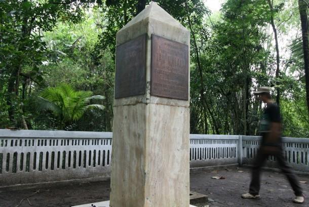 Pengunjung mengamati tugu peringatan yang dipercaya sebagai lokasi eksekusi mati pahlawan nasional Tan Malaka di pinggir sungai Brantas, Desa Petok, Kediri, Jawa Timur, Rabu (18/1).