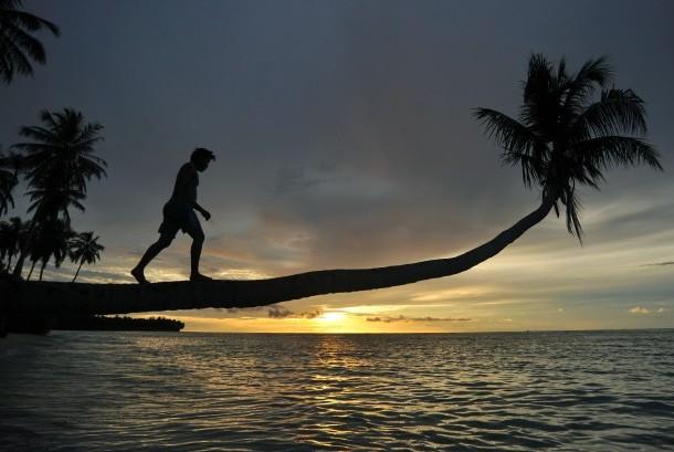 Pengunjung menikmati matahari terbenam di Pantai Mapadegat, Mentawai, Sumatera Barat, Rabu (4/10). Selain menjadi surga bagi peselancar, Mentawai juga merupakan destinasi favorit wisata pantai di provinsi itu.